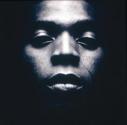 Fela Kuti, padre del afrobeat, innovador musical e insignia de resistencia social.